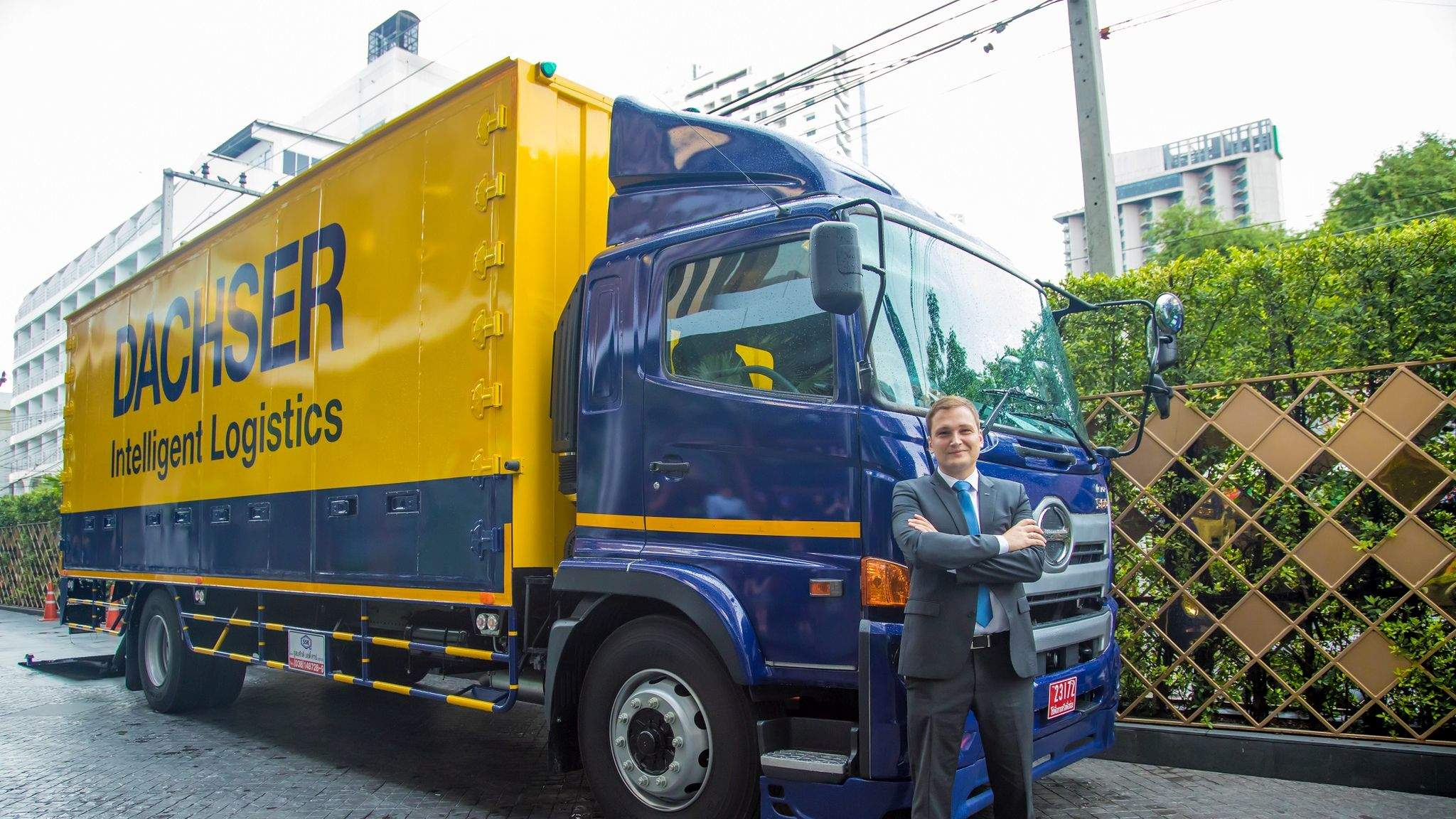 Jan-Michael Beyer, Managing Director Air & Sea Logistics Thailand with the new DACHSER truck.
