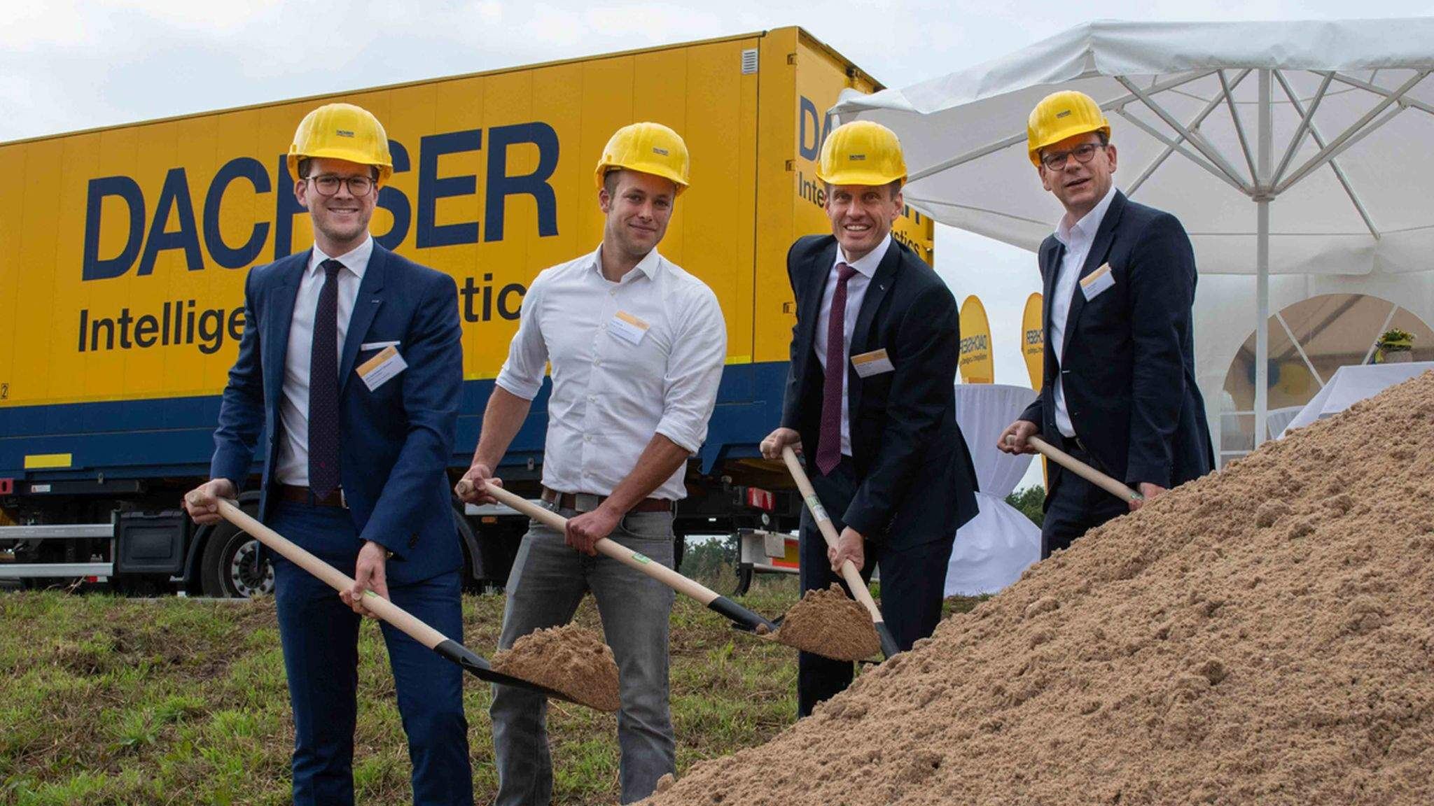 Jan-Ferdinand Lühmann, Operations Manager European Logistics DACHSER Neumünster, Paul Bartram, Bartram Bau-Systeme, Alexander Tonn, Managing Director European Logistics Germany at DACHSER, and Dr. Olaf Tauras, Mayor of Neumünster (from left to right)
